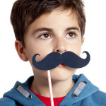 bambino con baffi finti